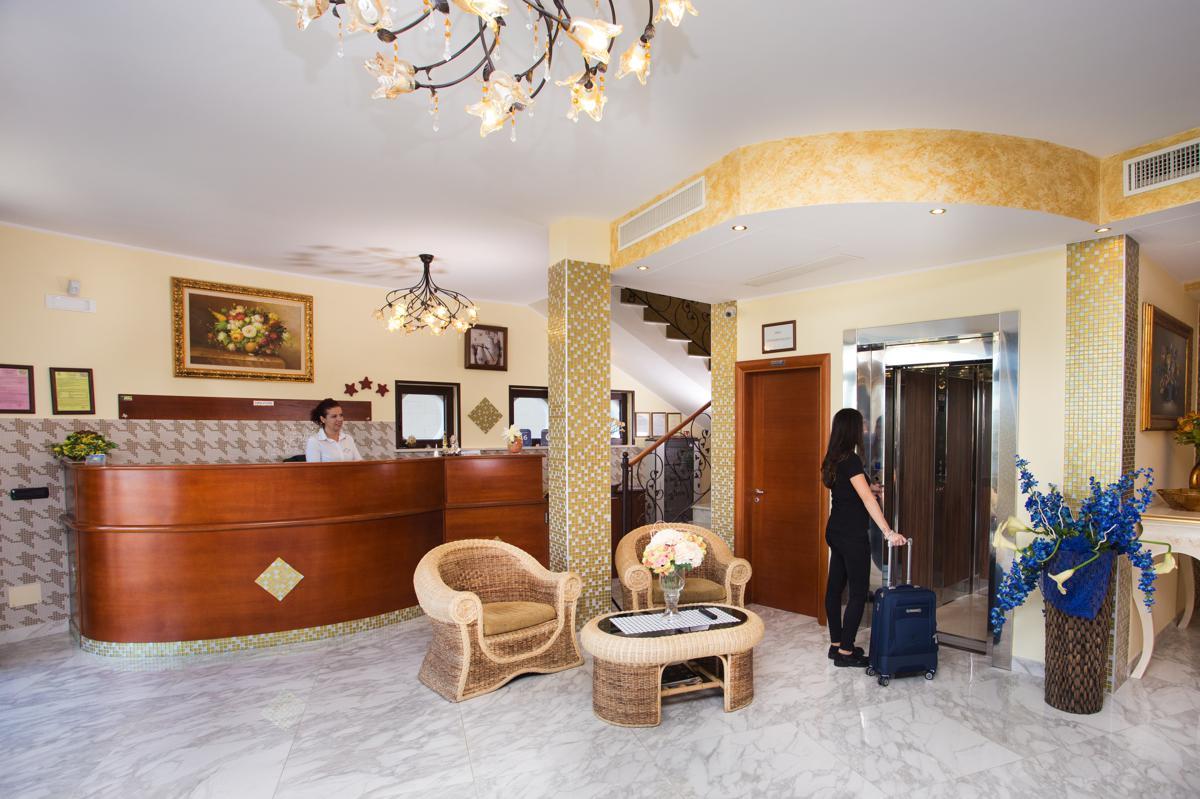 hall hotel MirFran a Torre San Giovanni